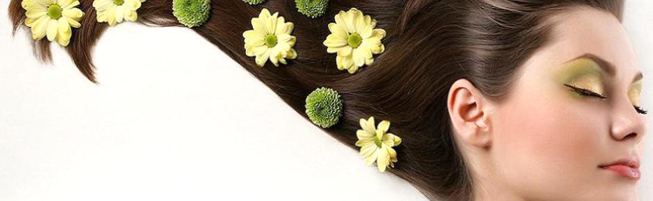 Frau mit geschlossenen Augen und Blüten im Haar